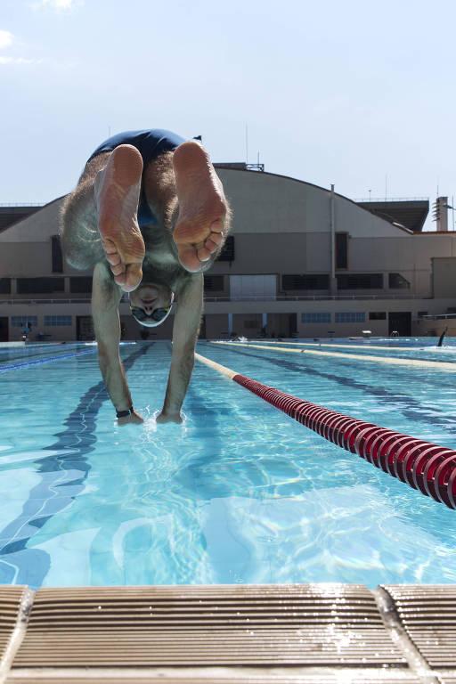 Nadador utiliza a piscina do complexo esportivo do Pacaembu, em São Paulo