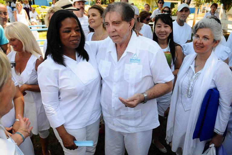 Oprah Winfrey, em visita ao medium João de Deus em 2012