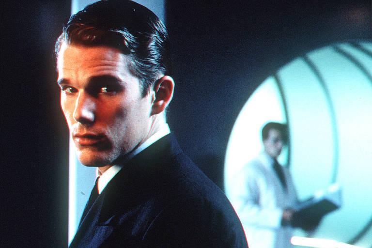 O ator Ethan Hawke em cena do filme 'Experiência Genética' ('Gattaca'), ficção futurista dirigida por Andrew Niccol