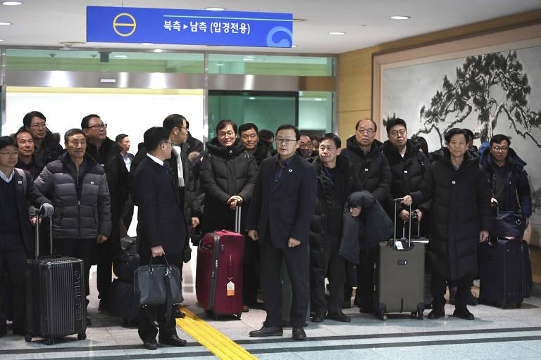 Autoridades sul-coreanas chegam ao escritório intercoreano em Paju após inspeção conjunta de linha férrea norte-coreana
