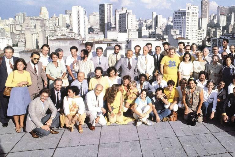 Eunice Paiva (em pé, de amarelo, à esq.) junto a outros representantes da sociedade civil no heliporto da Folha, em 1984, para expressar a união nacional em torno da exigência de eleições Diretas-Já para presidente da República