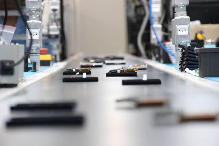 Linha de montagem de máquinas, em fábrica na Bahia