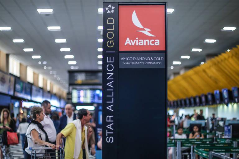 Passageiros fazem check-in na recepção da Avianca em Congonhas, em São Paulo