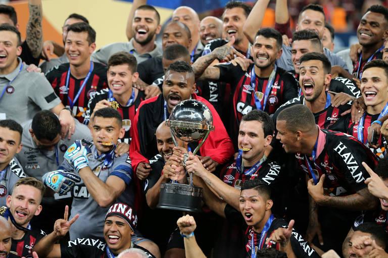 1ddd9c8880 Jogadores do Athletico-PR comemoram o título da Copa Sul-Americana -  Rodolfo Buhrer Reuters