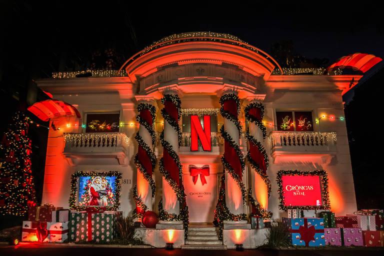 Casarão que a plataforma Netflix decorou na avenida Paulista tem pacotes de presente na fachada e uma foto de Kurt Russell como Papai Noel, caracterizado como seu personagem no filme  'Crônicas de Natal'