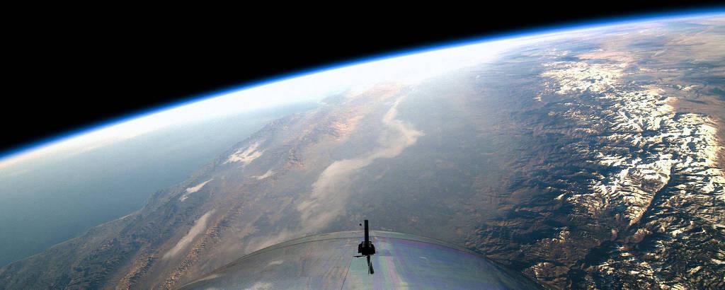 Imagem mostra parte da nave da Virgin Galactic em voo na fronteira do espaço