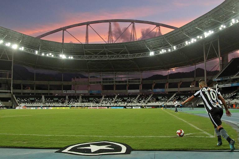 Leo Valencia cobra escanteio no Estádio do Nilton Santos, o Engenhão