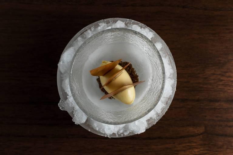 Tangerina fresca, sorvete de milho verde, trigo sarraceno e caramelo de chocolate do Oteque