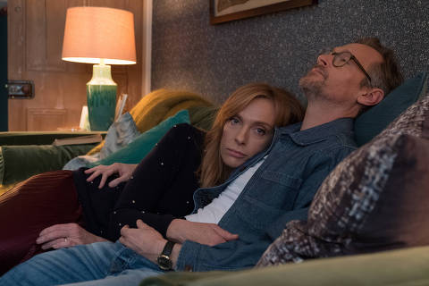 Toni Collette e Steven Mackintosh como o casal Joy e Alan em