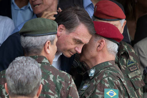(FILES) In this file photo taken on November 24, 2018 Brazilian Army General Luiz Eduardo Ramos Baptista Pereira (R) speaks to Brazilian President-elect Jair Bolsonaro (C), during the graduation ceremony of new paratroopers at the Parachute Infantry Battalion Vila Militar, in Rio de Janeiro, Brazil. - The privatization plan of the economic team of Brazil's president-elect Jair Bolsonaro -which includes part of oil giant Petrobras, Banco do Brasil's brokerage, the IT services corporation Serpro and the post office- could face obstacles within the Congress and the military surrounding him -cautious with strategic sectors. (Photo by Fernando Souza / AFP)