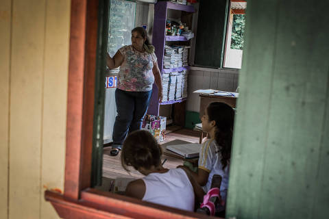 BUJARI, AC, BRASIL, 16-05-2017:  No estado do Acre, localidades distantes dentro da zona rural e áreas de floresta, as escolas do governo são administradas e cuidadas pelos próprios professores, como a Escola Estadual Rural São Pedro, visitada pela Folha de S.Paulo, no município de Bujari, cerca de 130 km de Rio Branco, capital do estado. Na foto, a professora Sirlei Vieira de Araújo (53), que além de dar aulas na escola, prepara a merenda dos alunos. (Foto: Bruno Santos/ Folhapress) *** FSP-FOTO *** EXCLUSIVO FOLHA***