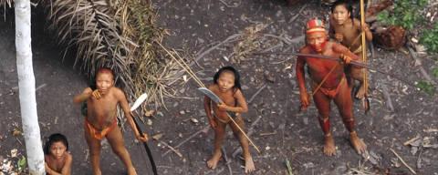 Vista aérea de indígenas isolados na Amazônia em foto de 2010