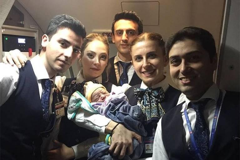 Bebe nasceu durante voo para Istambul, na Turquia, após três horas de decolagem