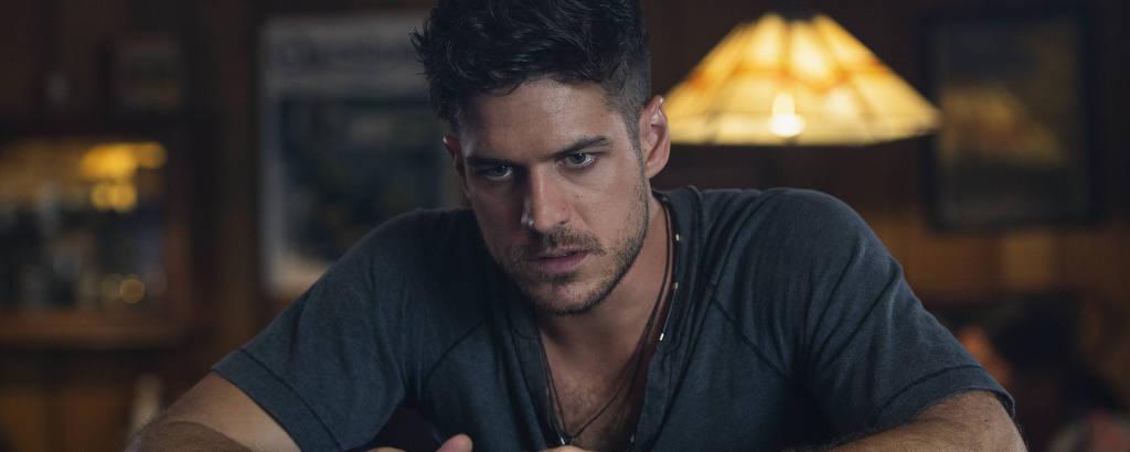 Marco Pigossi em cena da série 'Tidelands'