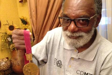 O ex-pugilista Servílio de Oliveira mostra a medalha olímpica que conquistou nos Jogos Olímpicos da Cidade do México em 1968