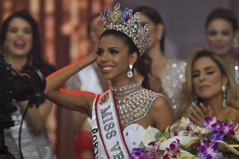 Isabella Rodriguez (L) representative of the Portuguesa state is crowned as the new Miss Venezuela during the Miss Venezuela beauty pageant in Caracas, Venezuela on December 13, 2018. - Twenty-four contestants from all Venezuelan states participate in the contest. (Photo by YURI CORTEZ / AFP) ORG XMIT: YAC3793