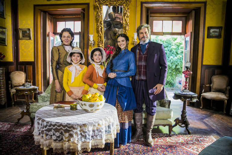 A família de congelados da novela as sete: Dona Agustina (Rosi Campos), Kiki (Nathalia Rodrigues), Nico (Raphaela Alvitos), Marocas (Juliana Paiva ) e Sabino ( Edson Celulari )