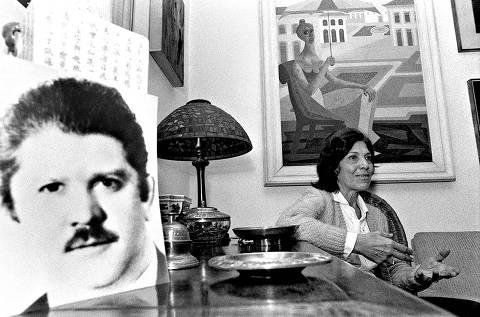 Eunice Paiva, mulher de Rubens Paiva, em sua casa. À esquerda, um retrato de 1970 do deputado desaparecido.*** NÃO UTILIZAR SEM ANTES CHECAR CRÉDITO E LEGENDA*** paivaok