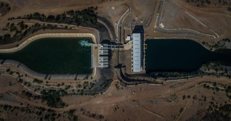 Foto aérea mostra estação de bombeamento em trecho da transposição do São Francisco em Cabrobó. Vista de cima, a estação parece uma grande ponte com duas construções grandes na lateral direita e na esquerda