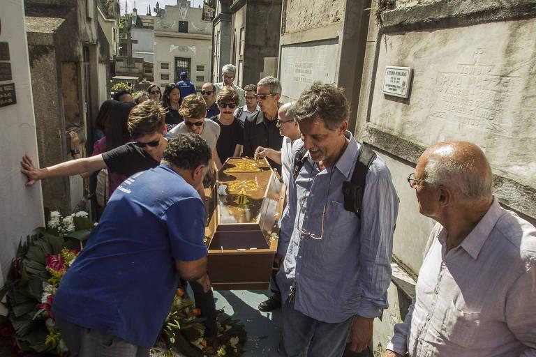 Familiares e amigos carregam caixão da advogada Eunice Paiva, símbolo da luta contra o regime militar, sepultada na tarde desta sexta (14) no cemitério do Araçá, zona oeste de São Paulo