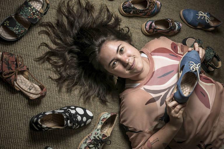 Barbara Mattvy com calçados da grife vegana Insecta