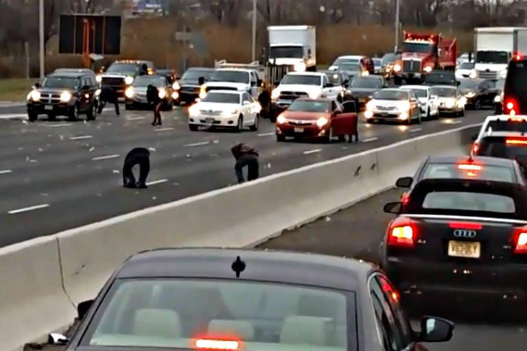 Motoristas param carros e entram na estrada em uma busca pelo dinheiro