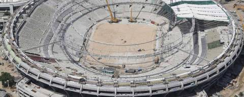 ORG XMIT: RJO10 An aerial view shows the roof installation at the Maracana Stadium, which is undergoing renovation for the 2014 World Cup, in Rio de Janeiro February 22, 2013. The stadium will also host games for the 2013 Confederations Cup and the Rio 2016 Olympic Games. REUTERS/Ricardo Moraes (BRAZIL - Tags: SPORT SOCCER BUSINESS CONSTRUCTION)