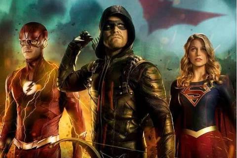 """Especial Elseworlds  Warner, a partir de 22h50  Três dos personagens mais populares da DC Comics voltam a se encontrar em uma mesma trama, que atravessa os episódios de suas respectivas séries neste domingo (16). Eles lutam juntos contra o maléfico dr. John Deegan, do Arkham Asylum. A maratona começa com """"The Flash"""" (22h50, 12 anos), prossegue com """"Arrow"""" (23h40, 14 anos) e conclui com """"Supergirl"""" (0h30, 12 anos). Superman, Batwoman e Lois Lane fazem participações especiais."""