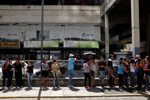 People queue to buy food outside a supermarket in Caracas, Venezuela November 30, 2018. REUTERS/Marco Bello ORG XMIT: MAB104
