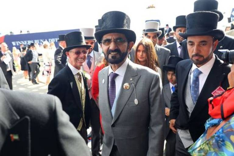 O xeique Mohammed bin Rashid al Maktoum (ao centro) é o maior proprietário privado de terras no Reino Unido e amante de corridas de cavalos