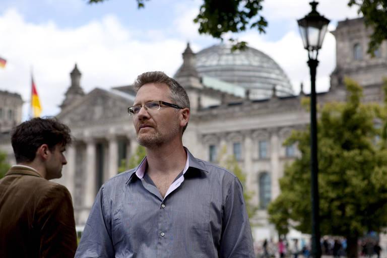 O historiador britânico Adam Tooze em Berlim, em frente ao parlamento alemão