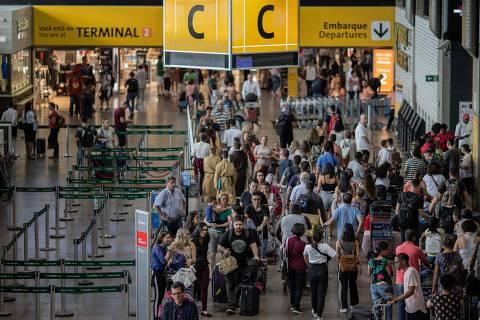 GUARULHOS, SP, BRASIL, 15-12-2018: Movimento de passageiros no terminal 2 do aeroporto de Guarulhos (GRU). (Foto: Eduardo Anizelli/ Folhapress, COTIDIANO)
