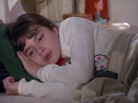 Poliana chora no quarto e desiste de ir para escola, após vídeo divulgado por Filipa