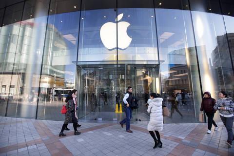 People walk outside an Apple store in Beijing, China December 12, 2018. REUTERS/Jason Lee ORG XMIT: PEK307