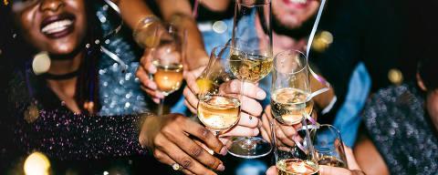 Pessoas celebram festa com drinks