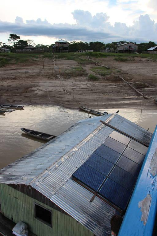 Painéis solares instalados em casa de reserva extrativista na Amazônia