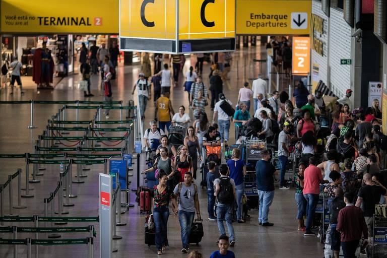 Movimento de passageiros no terminal 2 do aeroporto de Guarulhos, neste sábado (15); desde quinta (13), Cumbica enfrenta atrasos e cancelamentos de voos