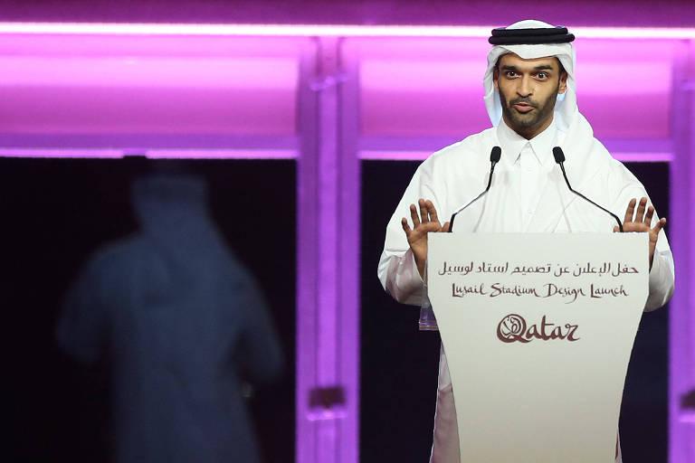 Homem com traje árabe fala em microfone