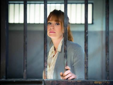 Luz (Marina Ruy Barbosa)  é presa por roubo de colar de Valentina