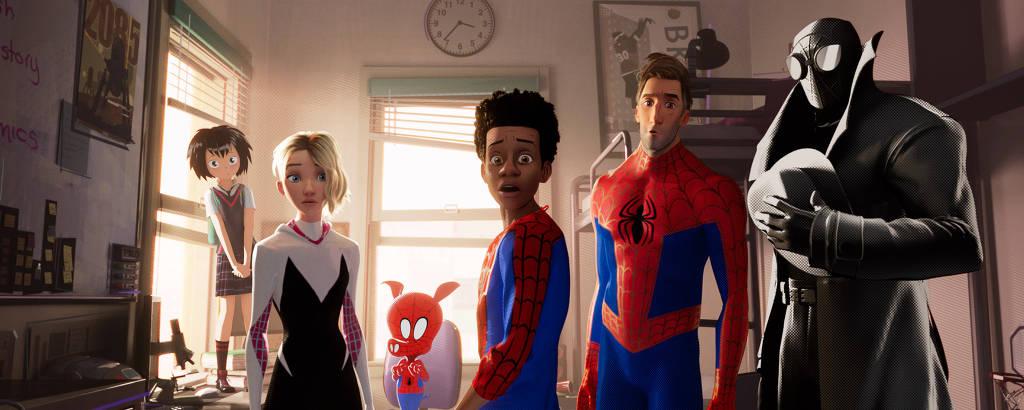 Peni (Kimiko Glen), Spider-Gwen (Hailee Steinfeld), Spider-Ham (John Mulaney), Miles Morales (Shameik Moore), Peter Parker (Jake Johnson), Spider-Man Noir (Nicolas Cage) em  'Homem-Aranha: No Aranhaverso'
