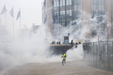 (181216) -- BRUSELAS, diciembre 16, 2018 (Xinhua) -- Policías lanzan gas lacrimógeno a manifestantes durante la