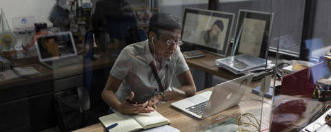 *** PREVIEW***  FILE -- Maria Ressa, one of the founders of Rappler, an online news start-up critical of the Philippine government, at her desk in Manila, July 3, 2018. Ressa, who has been accused by the government of evading taxes, turned herself in to the authorities in Manila on Dec. 3, 2018, after a warrant for her arrest was issued over the weekend. (Jes Aznar/The New York Times)