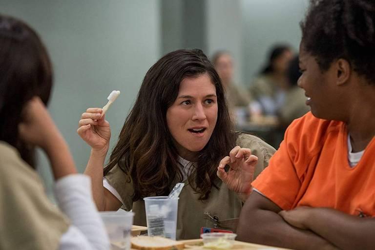 A atriz Yael Stone, ao centro, em cena de 'Orange Is The New Black'
