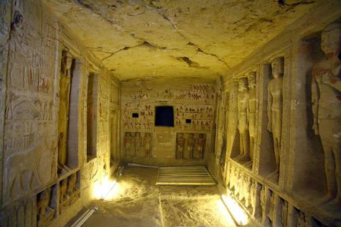 (181215) -- GIZA, diciembre 15, 2018 (Xinhua) -- Vista del interior de una tumba en la Necrópolis de Saqqara en Giza, Egipto, el 15 de diciembre de 2018. De acuerdo con información de la prensa local, el ministro de Antigüedades de Egipto, Khaled al-Anany, anunció el sábado el descubrimiento de una tumba