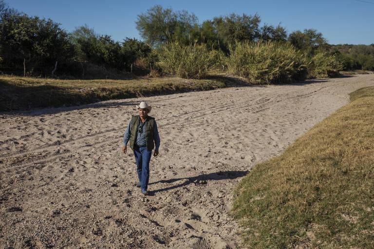 O fazendeiro Martín Valenzuela, caminha pelo leito seco do rio Sonora, na zona rural de Ures, México