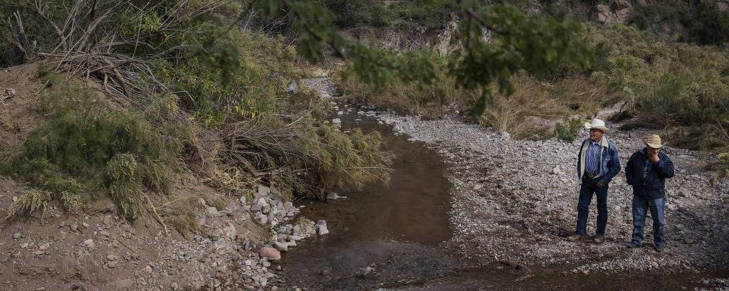 Lideranças do comitê da bacia do rio Sonora observam o rio Bacanuchi, contaminado em 2014 por um vazamento de rejeitos minerais