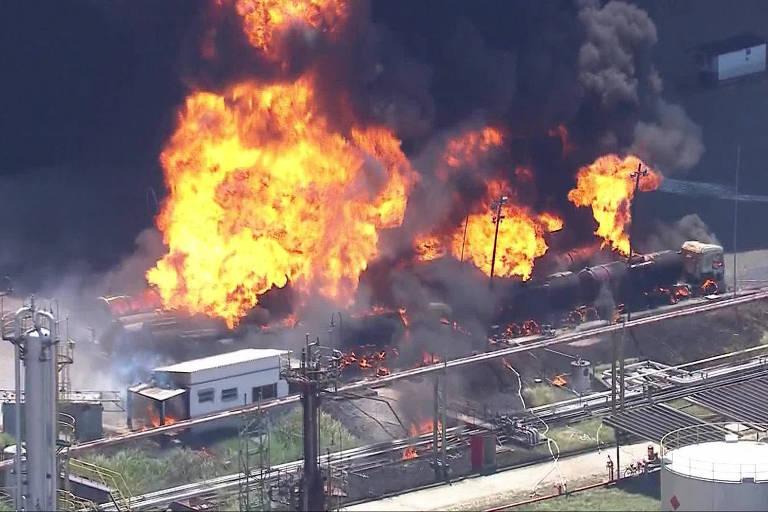 Incêndio destrói caminhões da refinaria de Manguinhos, na zona norte do Rio