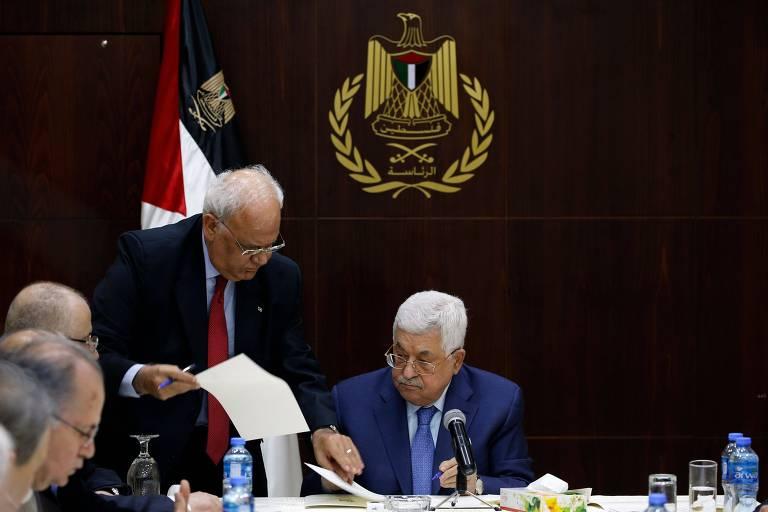 Saeb Erekat (esq., em pé) com o presidente da Autoridade Palestina, Mahmoud Abbas, em Ramallah