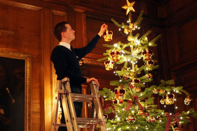 Funcionário do Palácio de Buckingham monta os enfeites da árvore de Natal