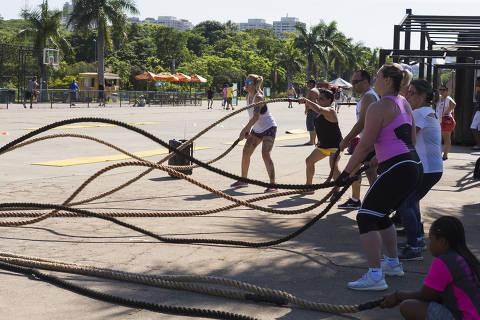 SAO PAULO, SP, BRASIL. 15-12-2018. 09h44min21s.   - Grupo independente realiza ginastica ao ar livre  no Parque Villa Lobos - . (foto: Rubens Cavallari/Folhapress, , ). ***EXCLUSIVO AGORA***EMBARGADA PARA VEICULOS ON LINE***UOL E FOLHA.COM E FOLHAPRESS CONSULTAR FOTOGRAFIA DO AGORA SÃO PAULO***f: 3224-2169, 3224-3342. *filename:_DX_3056.CR2*  (Selene Id: 566569) ORG XMIT: _DX_3056.CR2 ***PARCEIRO FOLHAPRESS - FOTO COM CUSTO EXTRA E CRÉDITOS OBRIGATÓRIOS***